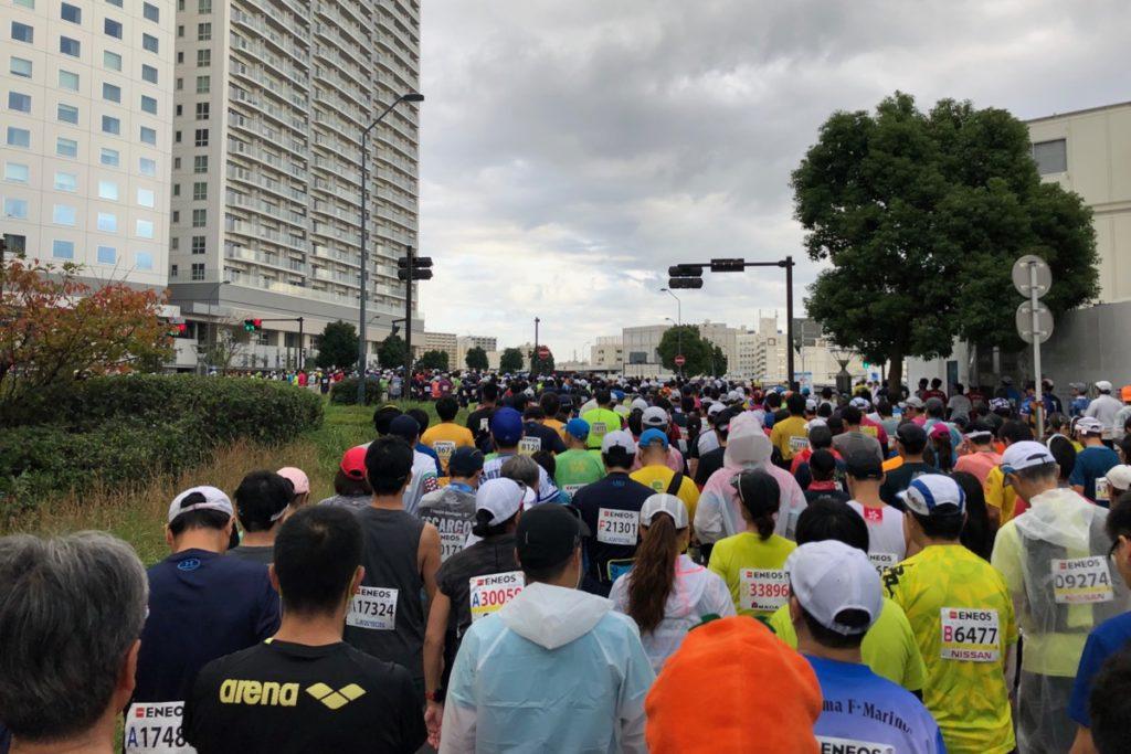 横浜マラソンのスタート地点へ向かう